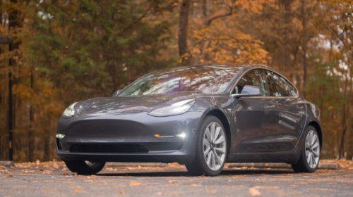 Řidič zabitý při havárii Tesla Autopilotu hrál během řízení hry na mobilu