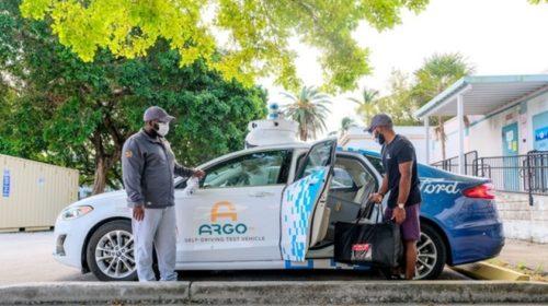 Nezisková organizace v Miami poskytuje studentům autonomní dodávky